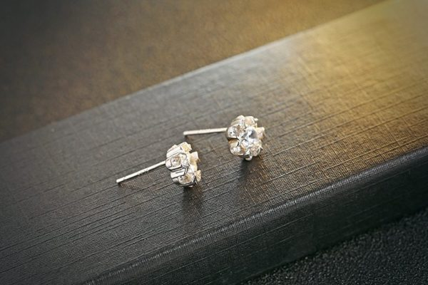 Classic flower cut earrings